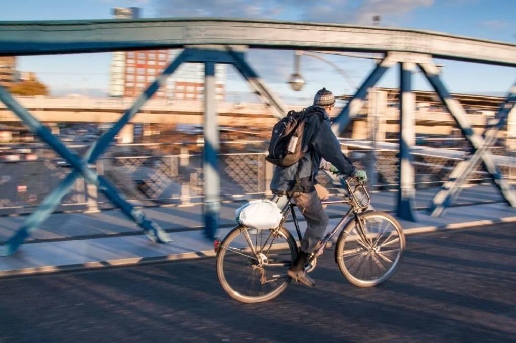 rower trekkingowy w mieście