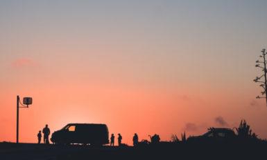 bus na tle zachodzącego słońca