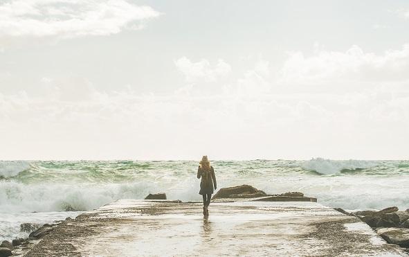 kobieta przy morzu